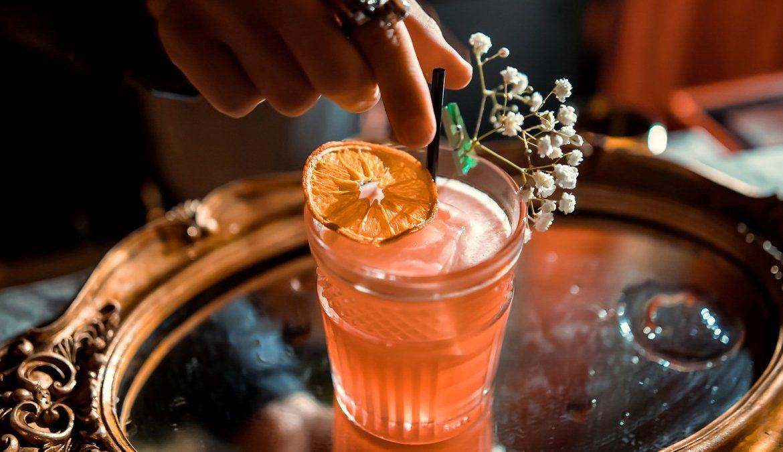 Garnishing cocktail © iStock/Semen Salivanchuk